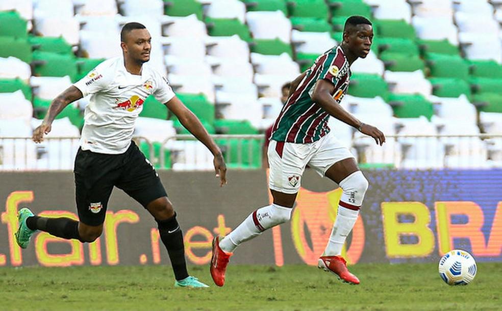 Quem segura? Luiz Henrique infernizou a vida dos zagueiros do Bragantino — Foto: Lucas Merçon / Fluminense FC