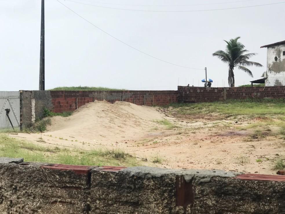 Corpo foi encontrado em uma área de dunas, no terreno de uma casa na praia de Santa Rita (Foto: Kleber Teixeira/Inter TV Cabugi)