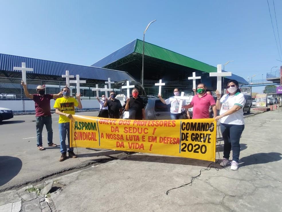 Professores da rede estadual de ensino protestaram contra retorno das aulas presenciais em Manaus. — Foto: Eliana Nascimento/G1 AM