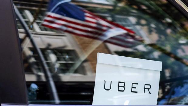 Logo do Uber é visto em um carro em Nova York (Foto: Eduardo Munoz/Arquivo/Reuters)