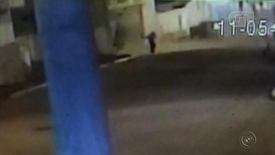 Criminoso quase é atingido por estrutura metálica após explosão de caixas em banco de Arandu; vídeo