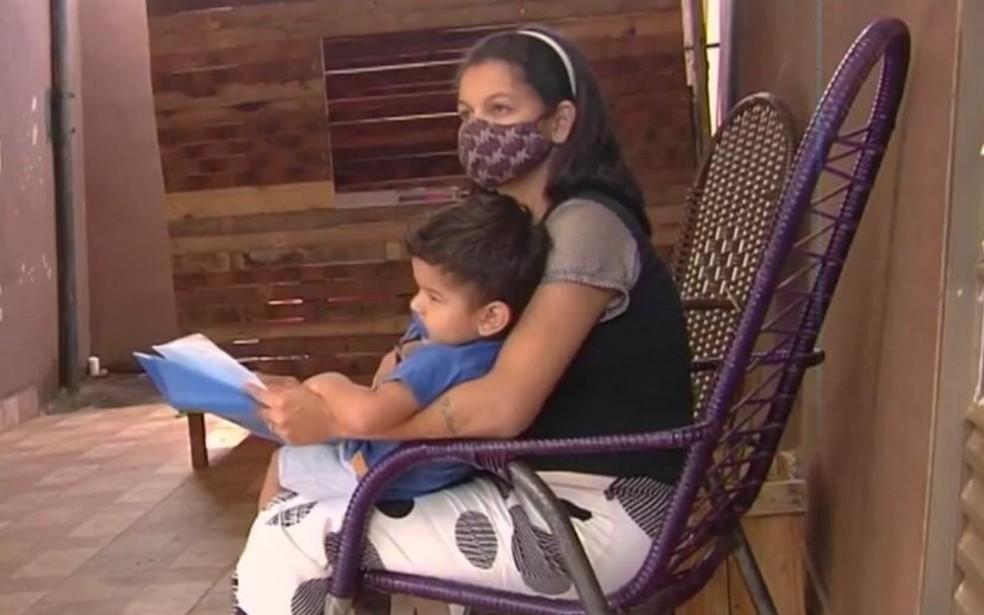 Após reportagem, mãe consegue cirurgia para bebê com hérnia e decide doar itens que seriam rifados, em Goiânia — Foto: Reprodução/TV Anhanguera