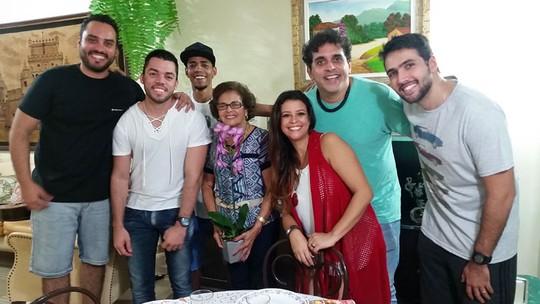 Samba de Donanna, do 'SuperStar', homenageia Dona Anna no Dia das Mães