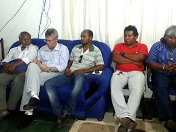 Em reunião, Xavantes prometeram devolver o que foi levado das casas e mercado (Foto: Jânio Gomes/NotíciasNX)