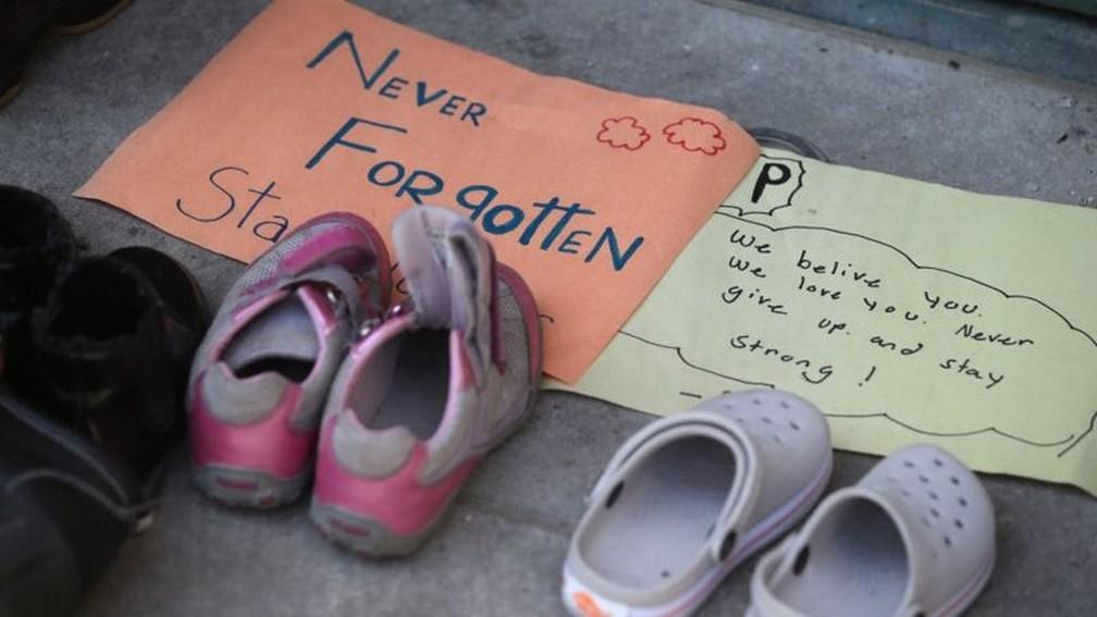 Calçados infantis foram deixados em memoriais improvisados por todo o país — Foto: Getty Images/BBC