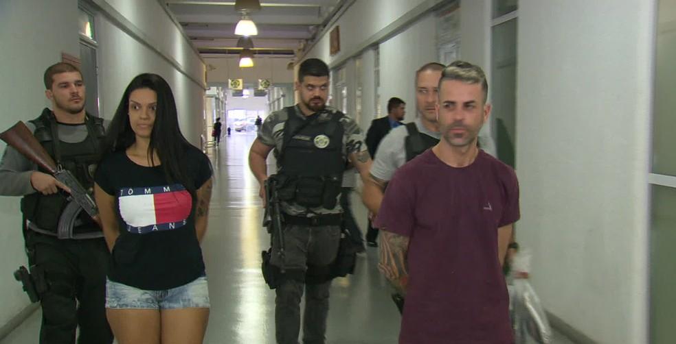 Mariana e Sem Deus chegam presos à Cidade da Polícia (Foto: Reprodução/TV Globo)