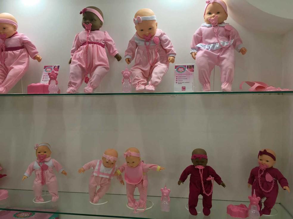 Fabricantes oferecem alguns dos modelos de bonecas na versão com a pele negra (Foto: Ana Carolina Moreno/G1)