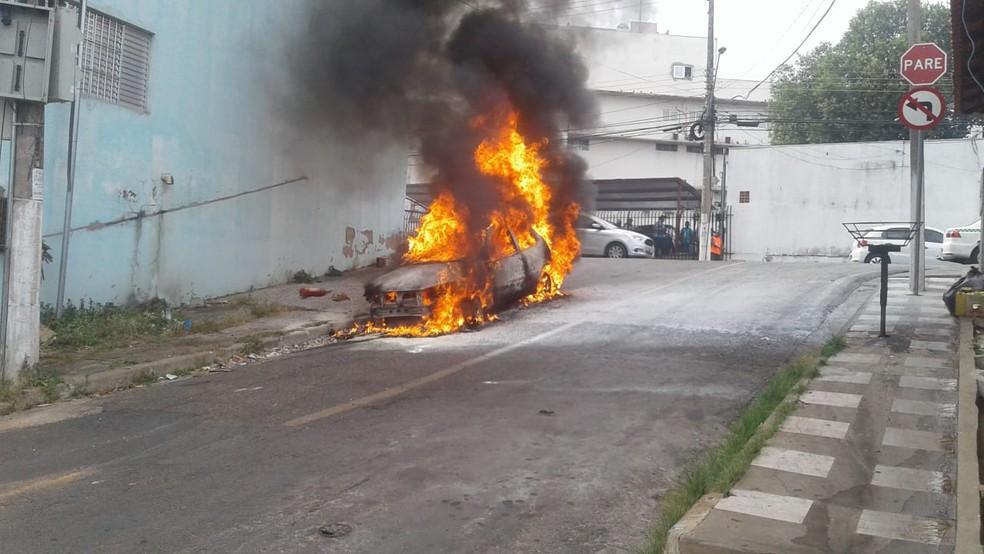 Carro pegou fogo logo após mãe e filho saírem do veículo em Cuiabá (Foto: Angélica Neri/Centro América FM)