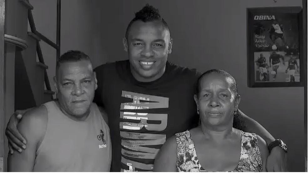 Seu Manoel e dona Nega com Obina — Foto: Sportv