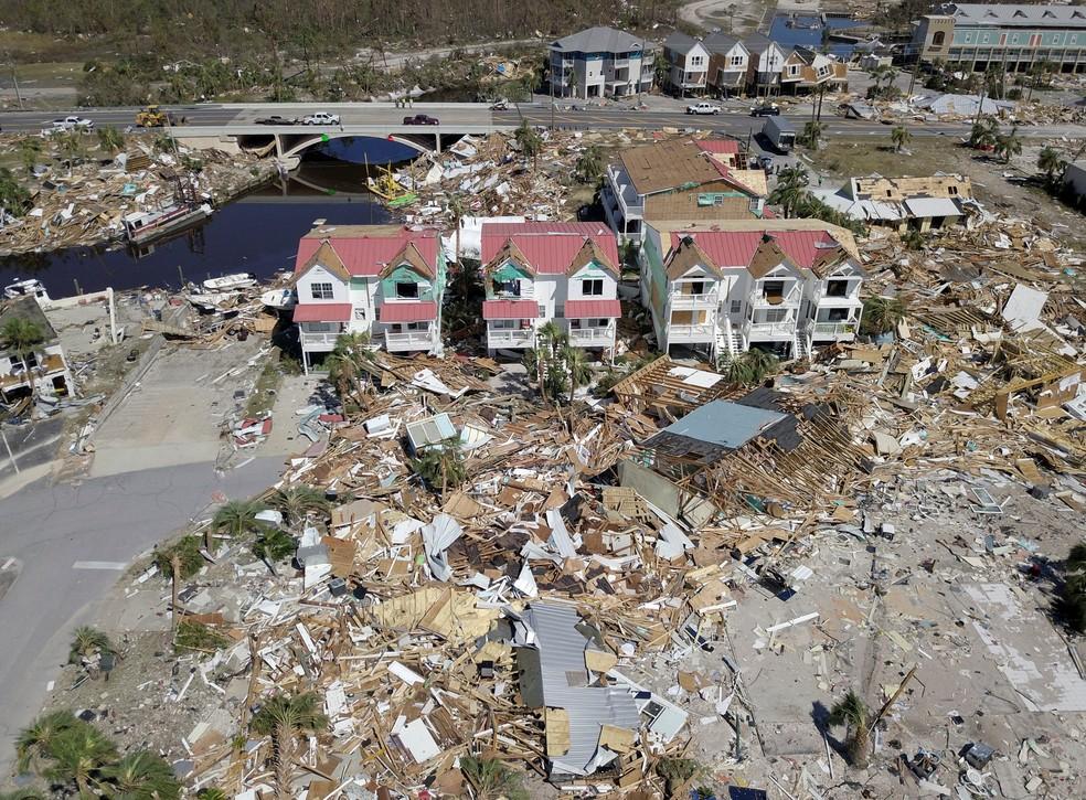Imagem aérea mostra destruíção em Mexico Beach, na Flórida, após passagem do furacão Michael — Foto: Reuters/Dronebase