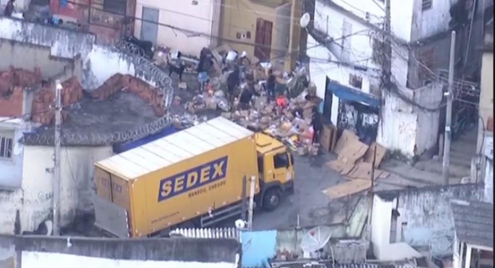 Caminhão dos Correios saqueado em comunidade (Foto: Reprodução/TV Globo)