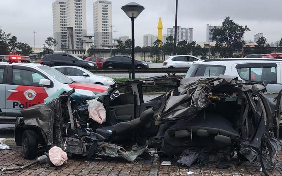 Carro ficou partido ao meio após acidente na Marginal Pinheiros — Foto: Veruska Donato/TV Globo