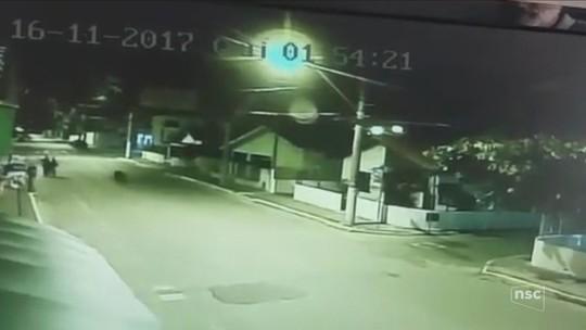 Vídeo mostra policiais durante ação que deixou três mortos em Balneário Piçarras