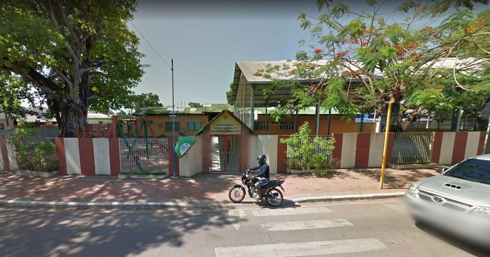 Colégio infantil precisa de reforma no refeitório e banheiros, diz PM-AC  — Foto: Google Street View