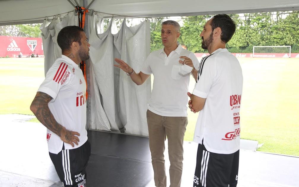Crespo conversa com Daniel Alves e Juanfran no São Paulo — Foto: Reprodução/Twitter