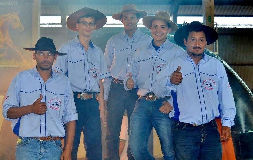 A equipe de laçadores de Aquiadauana que recebeu Bruninho como competidor o sexto competidor (Foto: Arquivo pessoal )