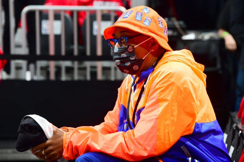 Torcedor dos Knicks, o cineasta Spike Lee marcou presença na partida — Foto: Scott Cunningham/NBAE