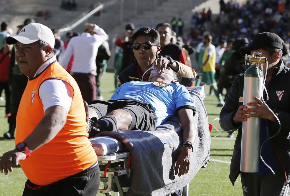 Árbitro Víctor Hugo Hurtado faleceu após sofrer infarto durante partida da primeira divisão boliviana — Foto: Juan Carlos Usnayo/AFP