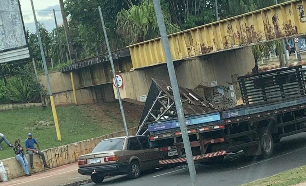 Caminhão 'entala' em pontilhão por excesso de altura e parte da carga atinge carro em avenida de Sorocaba — Foto: João Evangelista/Divulgação