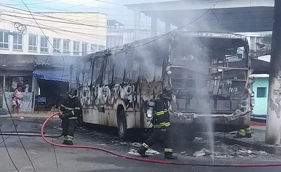 Ônibus pega fogo no bairro de Fazenda Coutos, em Salvador — Foto: Redes Sociais