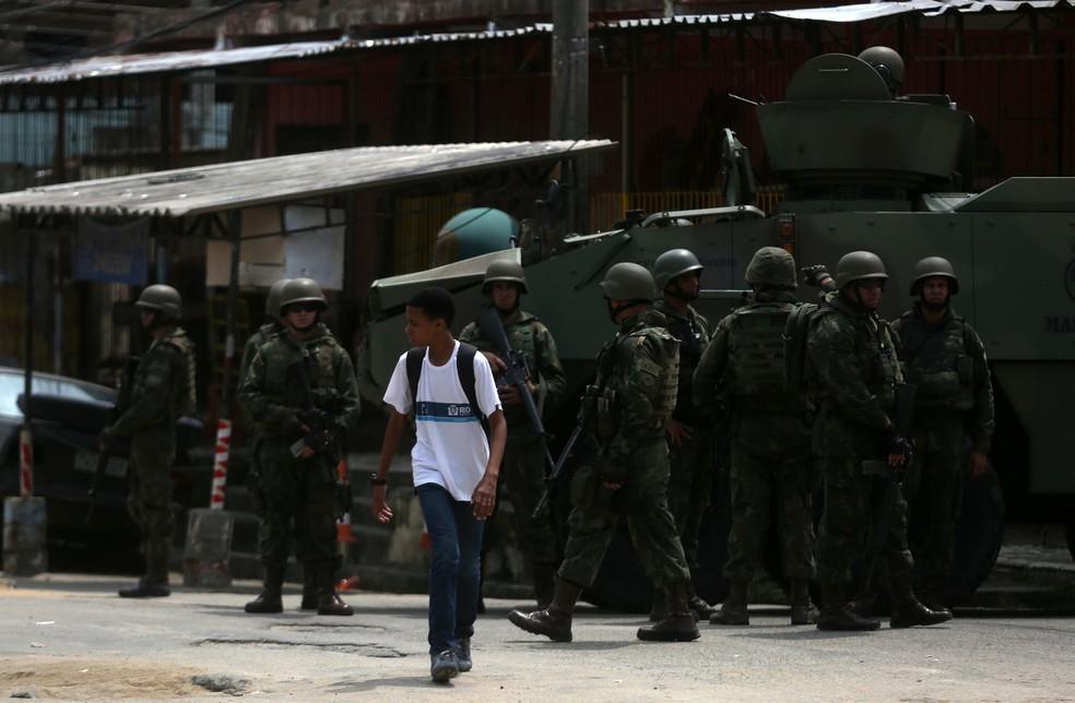Forças Armadas começaram a atuar na Vila Kennedy em março. (Foto: Pilar Olivares/Reuters)