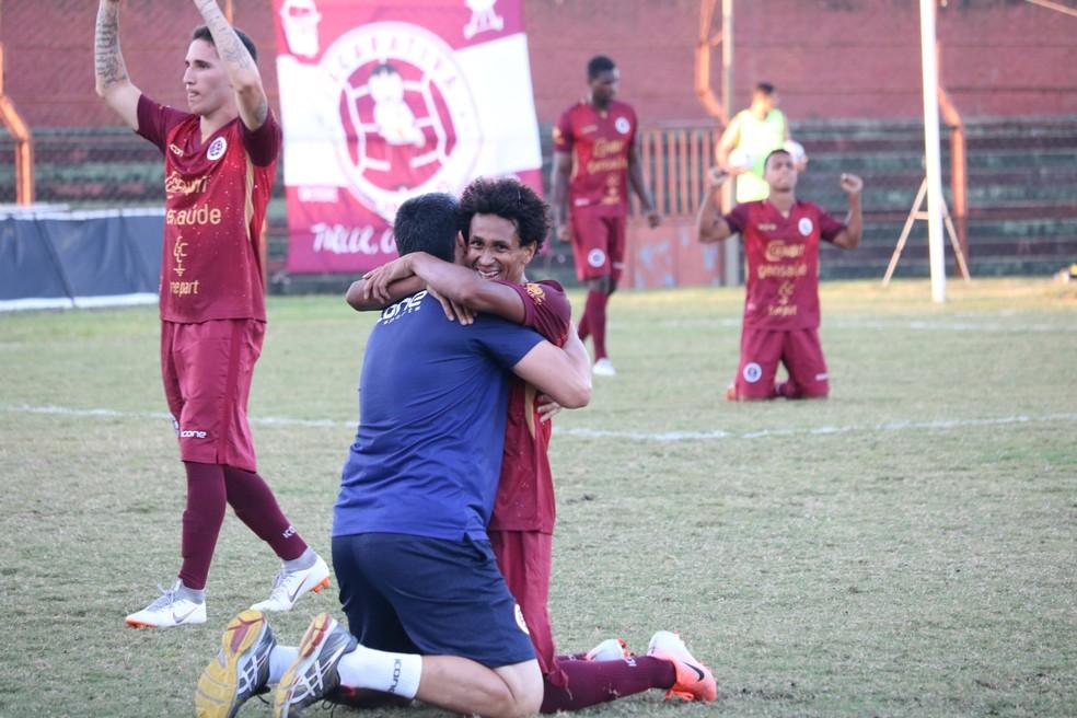 Jogadores da Desportiva comemoram o gol marcado por Matheus Bidick — Foto: Daniel Pasti