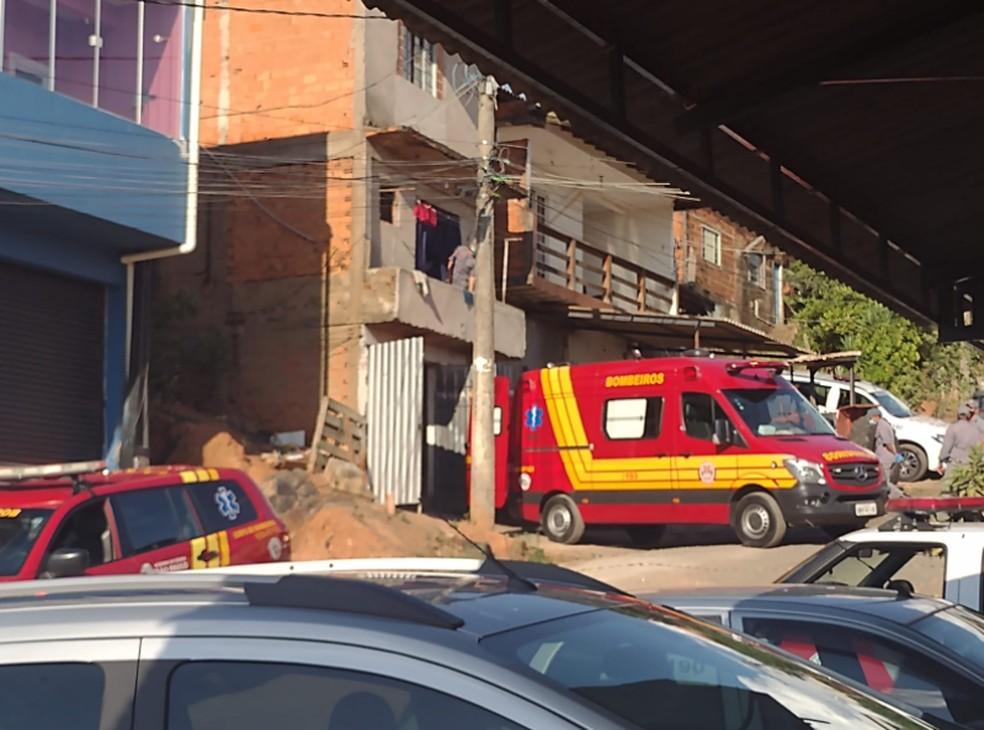 Carro do resgate está em residência onde mulher é mantida refém em Campinas (SP) — Foto: João Alvarenga/EPTV
