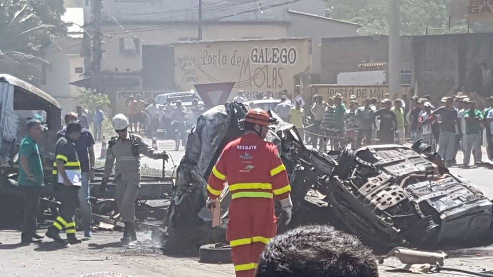 Bombeiros demoraram cerca de uma hora para apagar chamas (Foto: Vitor Jubini / A Gazeta)