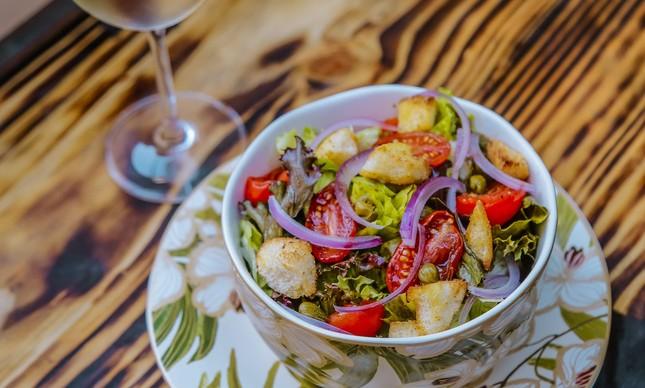 A salada Panzanella Toscana