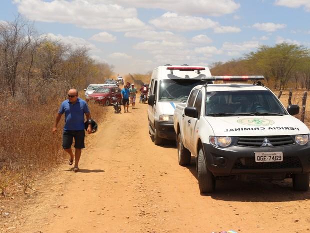 Corpo foi encontrado em uma estrada de terra que liga a BR-110 ao loteamento Frei Damião, a seis quillômetros de Mossoró.  (Foto: Marcelino Neto/O Câmera)