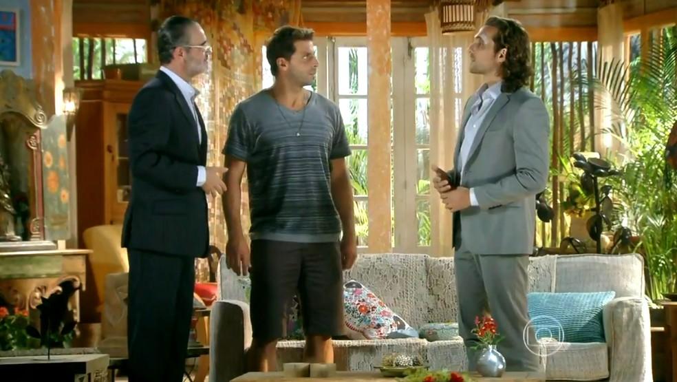 Cassiano (Henri Castelli) apresenta Duque (Jean Pierre Noher) a Alberto (Igor Rickli) - 'Flor do Caribe' — Foto: Globo