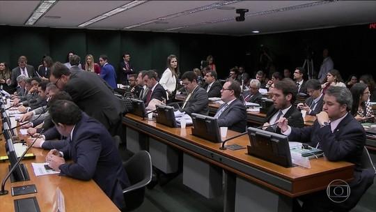 Em votação paralela, comissão da Câmara aprova fim de coligações