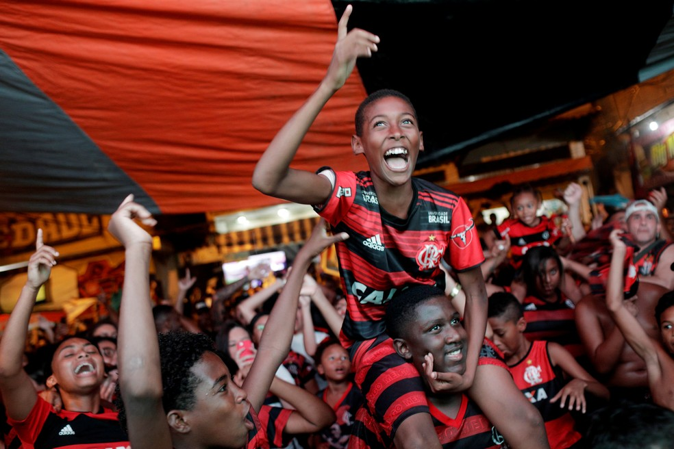 No Rio de Janeiro, torcedores celebram vitória do Flamengo sobre o River Plate na Copa Libertadores  — Foto: Ricardo Moraes/Reuters