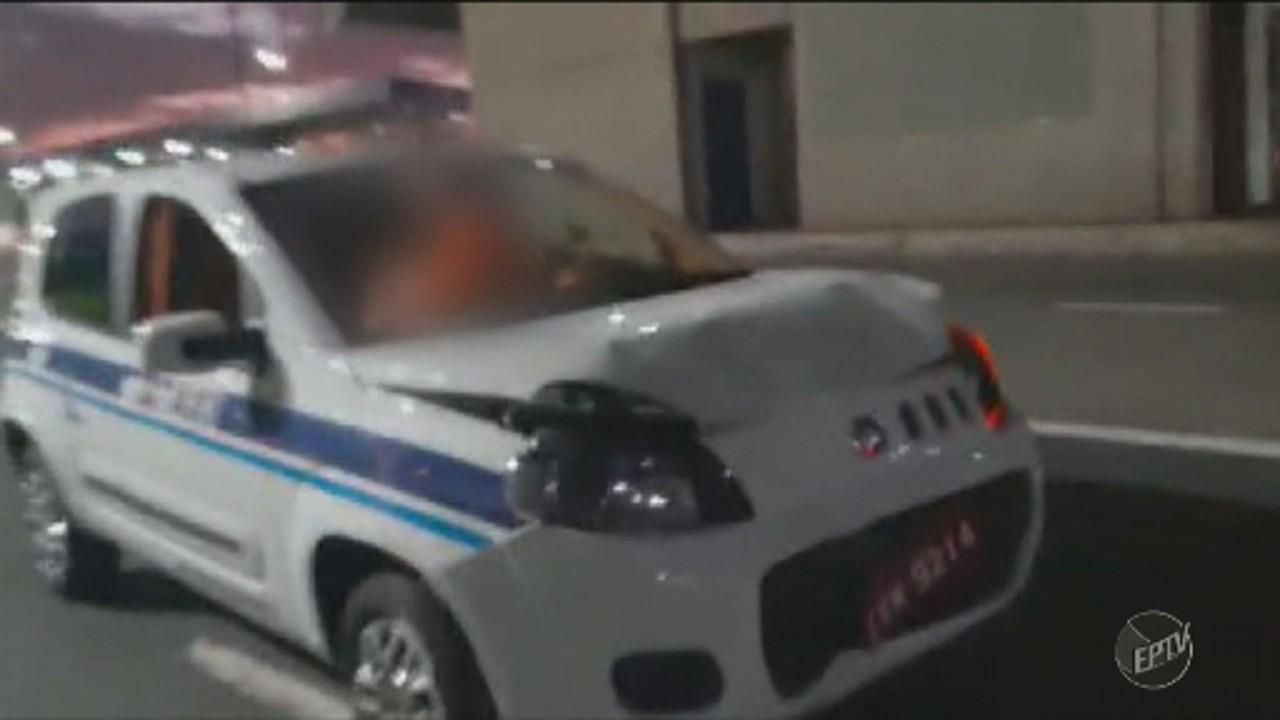 Vídeo mostra táxi batido parado no meio da Avenida Lix da Cunha, em Campinas