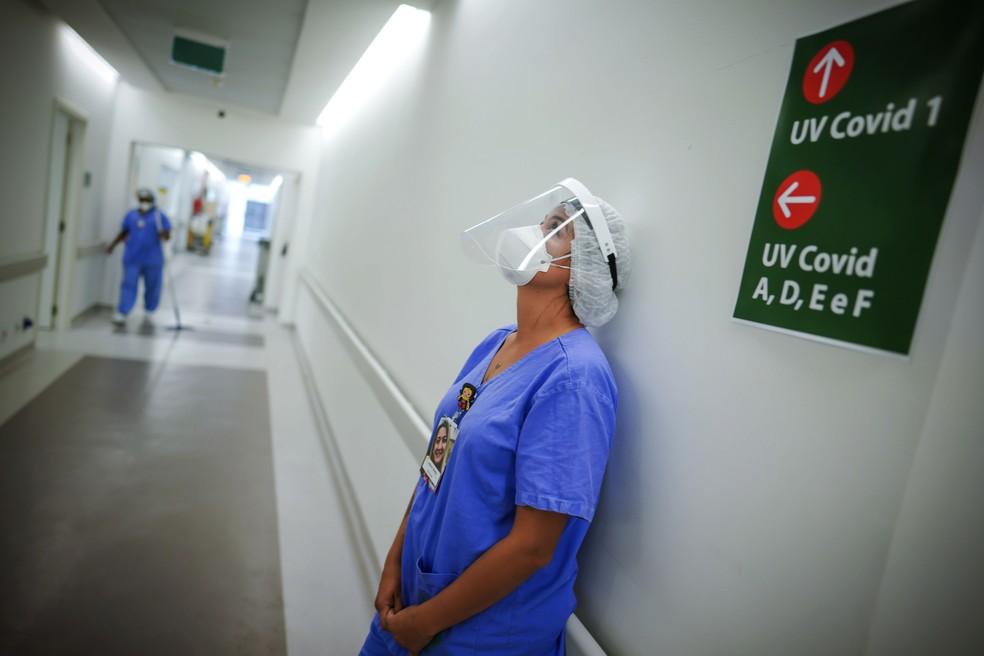 Profissional de saúde descansa em UTI para pacientes com Covid-19 no Hospital das Clinicas de Porto Alegre, no Sul do Brasil, em 19 de março de 2021 — Foto: Jefferson Bernardes/AP