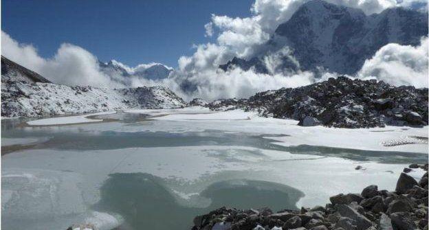 Devido ao derretimento da geleira de Khumbu, alguns lagos tem se expandido (Foto: C. Scott Watson / Universidade de Leeds)