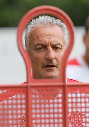 De volta ao Brasil nesta terça, Dorival decide futuro no Flamengo