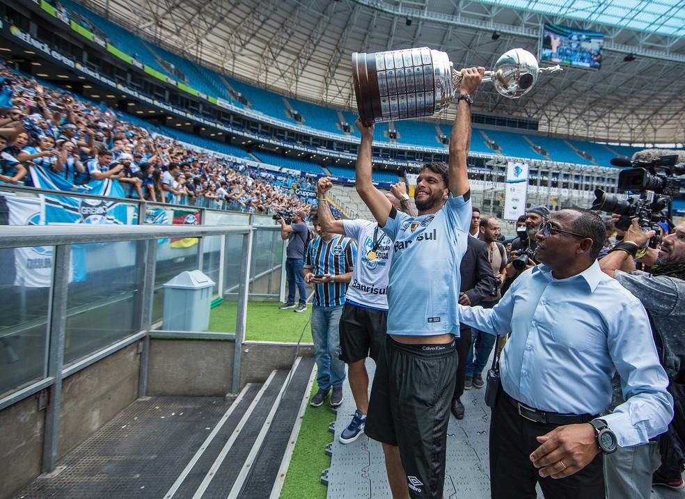 Zagueiro levanta a taça de campeão da Libertadores pelo Grêmio (Foto: Lucas Uebel/Divulgação/Grêmio)