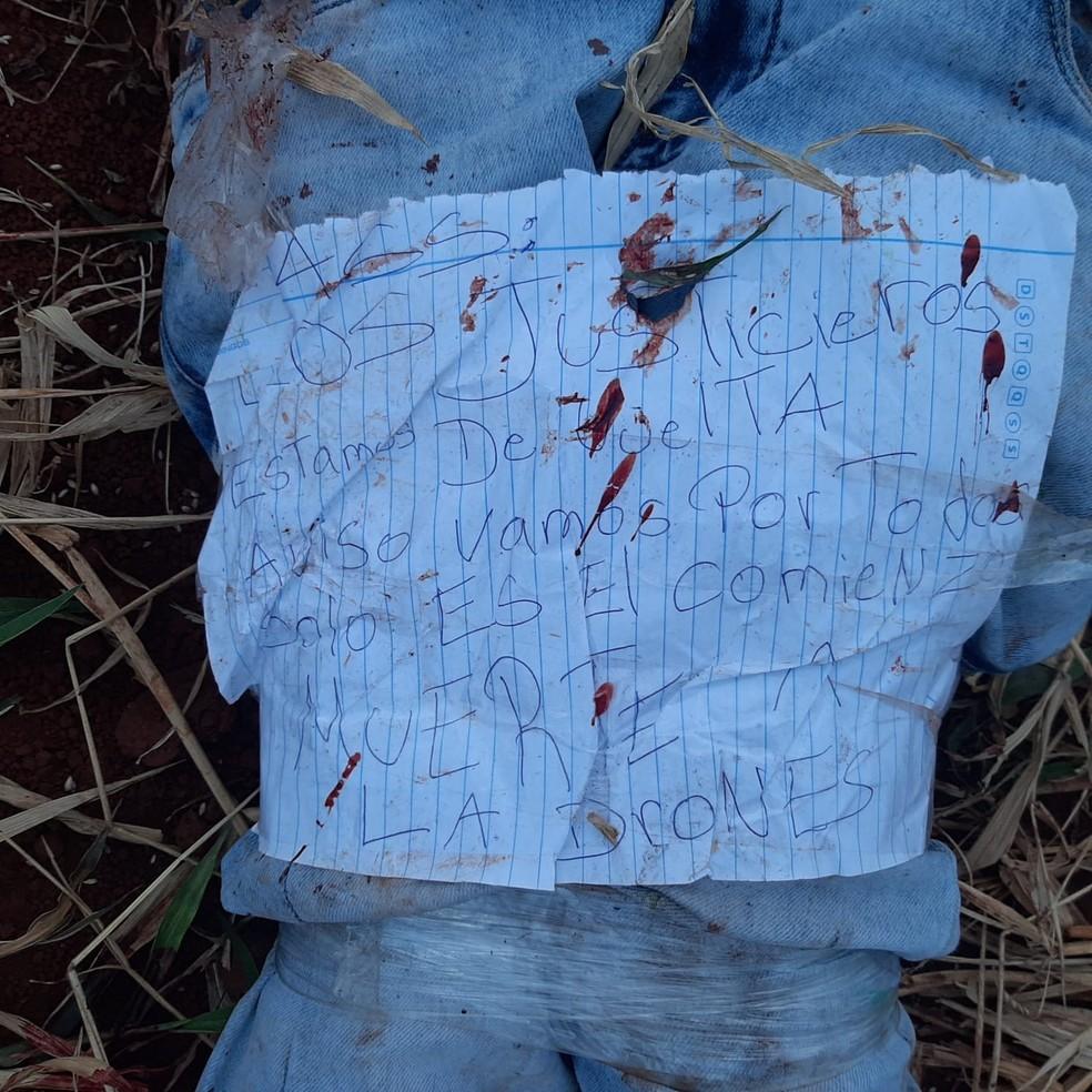 """""""os justiceiros estão de volta, avisamos que é só o começo da morte dos ladrões"""", diz bilhete. — Foto: Redes sociais/Reprodução"""