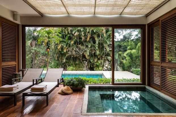 Uma casa de campo rústica com piscina e spa