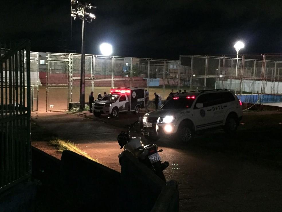 Movimentação de policiais ao redor de campo de futebol (Foto: Jamile Alves/G1 AM)