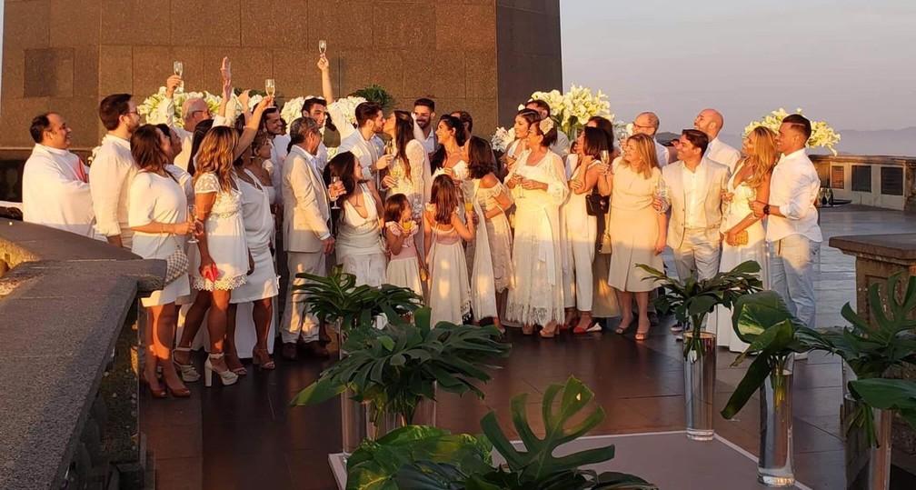 Convidados aplaudem o casal no fim da cerimônia — Foto: Santuário do Cristo Redentor