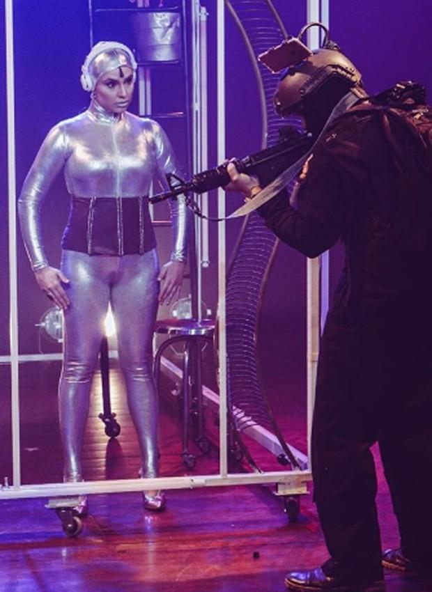 Francis Helena caracterizada como robô na peça O Planeta dos Esquecidos (Foto: Reprodução/Instagram)