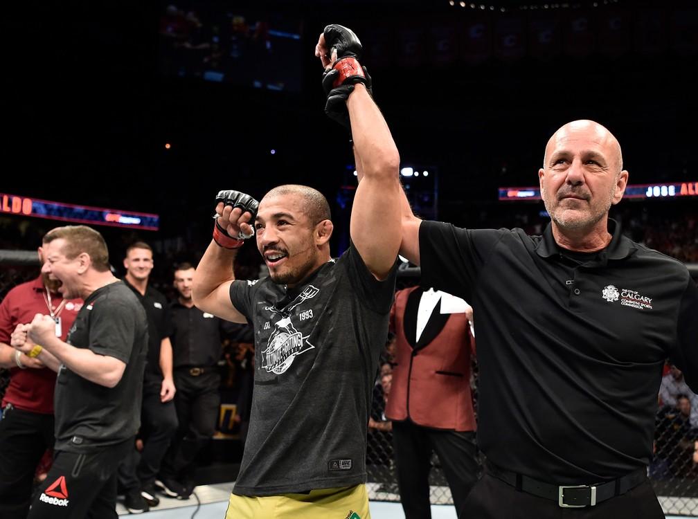José Aldo, com Dedé Pederneiras vibrando ao fundo, volta às vitórias em luta no Canadá (Foto: Jeff Bottari/Zuffa LLC / Getty Images)
