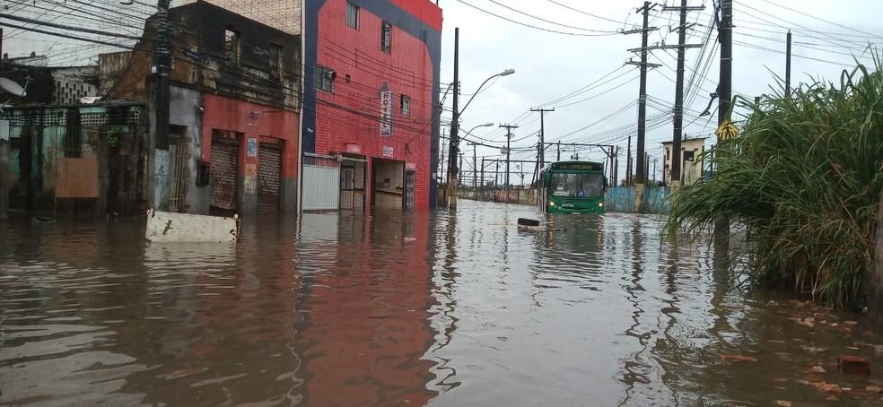 Calçada – Salvador tem chuva forte e pontos de alagamento — Foto: Cid Vaz/TV Bahia