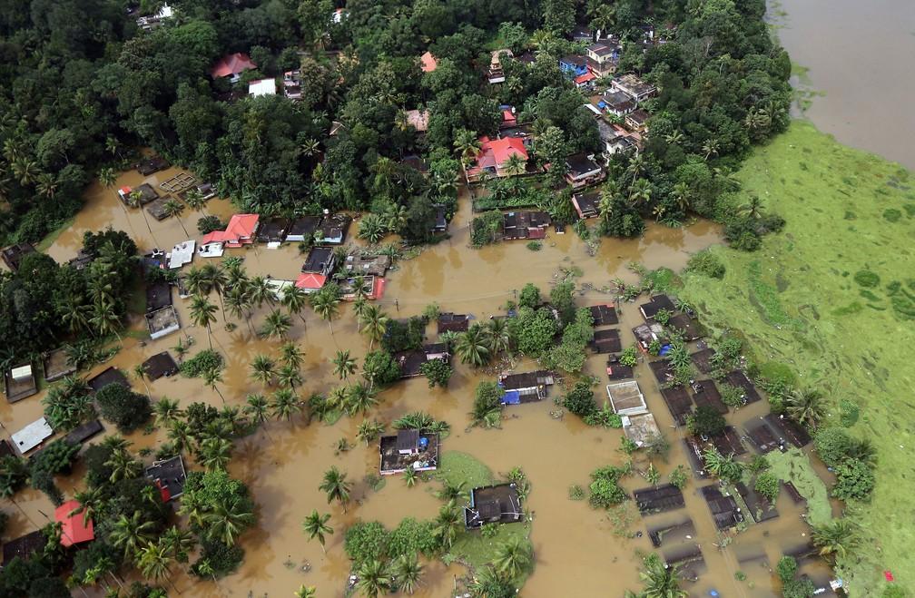 Vista aérea mostra casas parcialmente submersas no estado de Kerala, em Índia, nesta sexta-feira (17)  (Foto: Sivaram V/ Reuters)