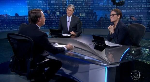 Candidato Jair Bolsonaro durante entrevista no Jornal Nacional. Na bancada, à esq., William Bonner e à dir., a jornalista Renata Vasconcellos (Foto: Reprodução TV GLOBO)