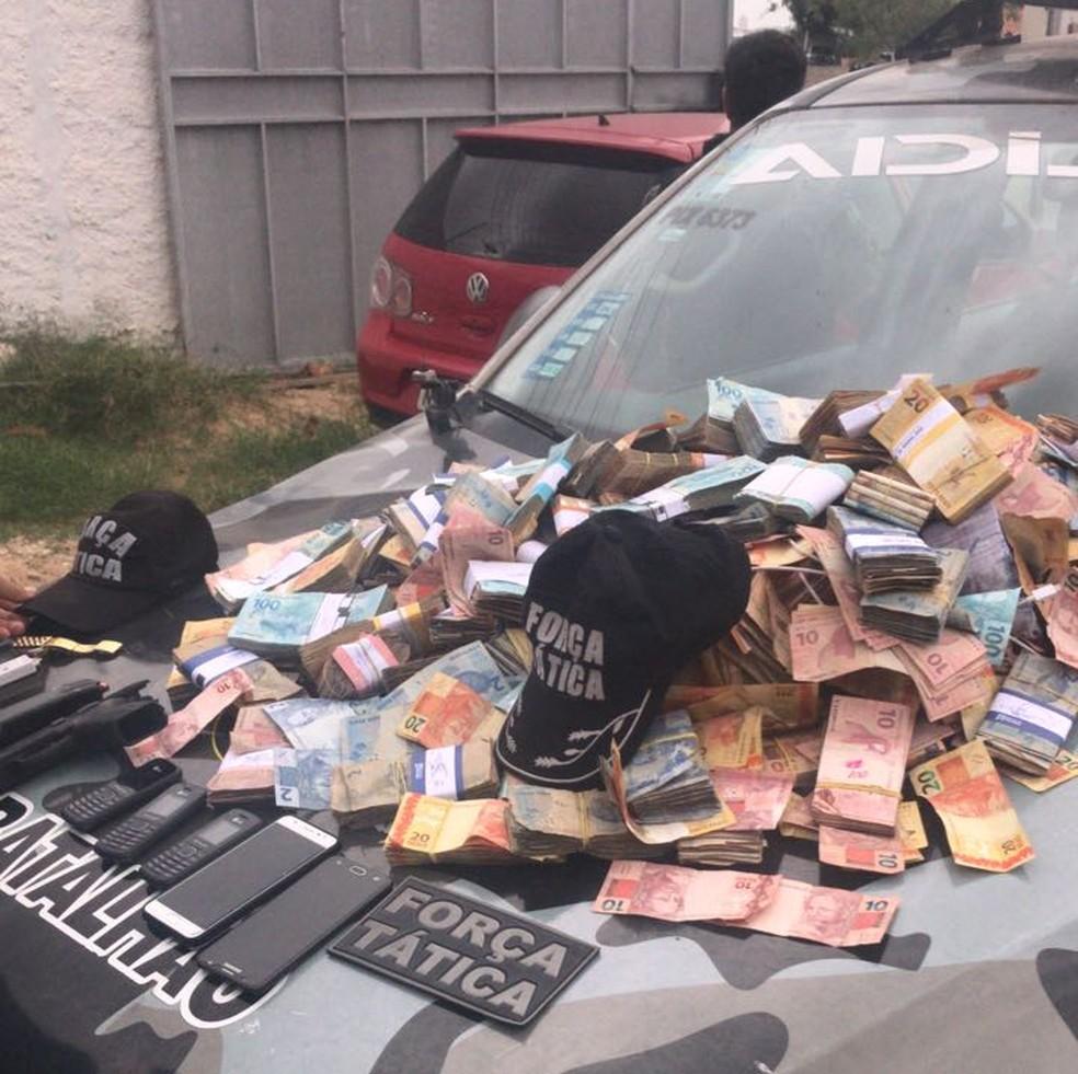 Parte do dinheiro que seria roubado do banco foi apreendido. (Foto: Divulgação/ Polícia Militar)