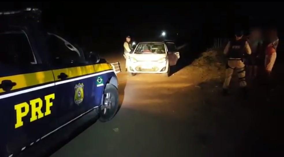 Adolescente estava em lugar de pouca iluminação e apontado por moradores como local de prostituição (Foto: Divulgação/PRF)