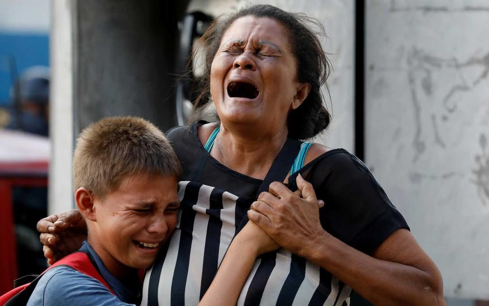 Parentes de presos choram do lado de fora da prisão (Foto: Carlos Garcia Rawlins / Reuters)